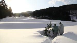 雪に埋もれた棚田で豊作を祈願 ©2015 映画一献の系譜製作上映委員会