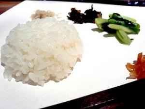 小滝米の塩にぎりや山菜の漬物などが振る舞われた。