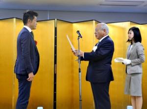 「eco検定アワード2015」の授賞式で。エコユニット部門大賞を受賞したセリタ建設芹田章博専務(左)