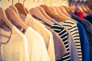 回収したユニクロ・ジーユーブランドの衣類はUNHCRなどを通じて難民に寄贈される
