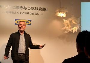 イケア・ジャパンのピーター・リスト代表取締役。右上はイケアのLED照明