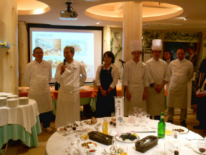 昨年の賞味会の様子。岸本シェフと地域の料理人がそれぞれ料理を持ち寄り、地域産の山ぶどうワインとともに新しい食の空間が実現した