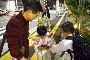 空手道場まで一緒に向かう池田先生と生徒たち