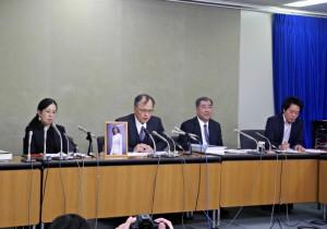 和解後、記者会見する森美菜さんの父・豪さん(左から2番目)と母の祐子さん
