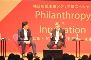 ビル・ゲイツ氏(右)と楽天の三木谷浩史会長兼社長。会場には約500人が集まった