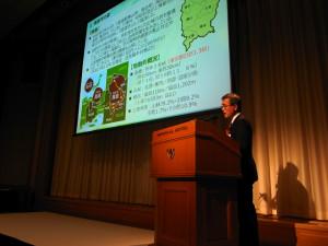「PwCあらた監査法人」主催のシンポジウムで公演する太田昇・岡山県真庭市長=11月30日、都内で