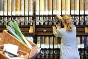 「ウンフェアパックト」の店内。バルク・ビンに納められた食品の色が美しい (写真:Berit Ladewig)