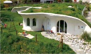 2006年、チューリヒに建てた一軒家 (4LDK)。周囲は四角い家ばかりで丸みが際立つ
