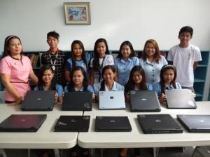 中古PCを受け取ったフィリピンのギギント大学の生徒たち