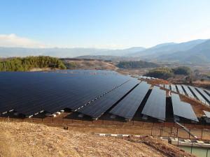 日本国内の大規模太陽光発電施設(Wikimedia Commons.)