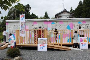 福祉事業施設「ほっぷ」で壁塗り作業。子どもたち自身で好きな色を選んで塗っていく