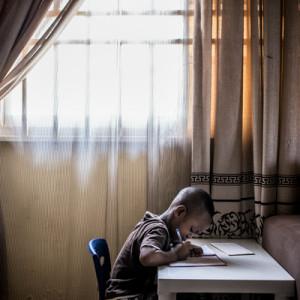 ナイジェリア・アブジャに住む少年。1990年当時、サブサハラアフリカでは5歳を迎えずに亡くなる割合が高所得国に比べ12倍に上った(C)UNICEF/UN016263/Gilbertson VII