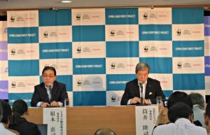 トヨタ自動車の根本恵司環境部長(左)とWWFジャパンの筒井隆司事務局長