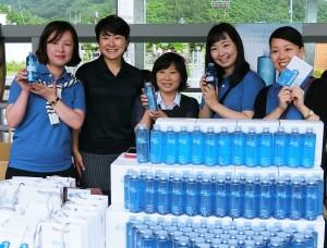 工場まつりでは、日本ゼトック社員も青いポロシャツを着て販売をサポート