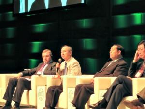 「アジア・スーパー・グリッド構想」の実現を目指す孫会長(左から2番目)