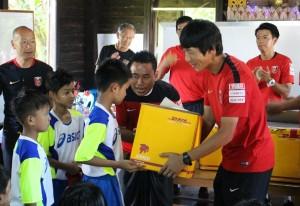 ミャンマーの子供たちへウェアを手渡す「ハートフルクラブ」のコーチたち