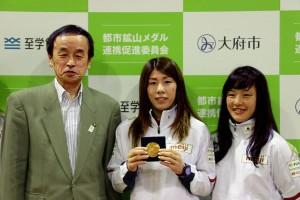 (左から)岡村秀人・大府市長、女子レスリングの吉田沙保里選手、同・登坂絵莉選手