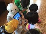 ペッパーとの会話やゲームを楽しむ子どもたち(熊本の避難所)