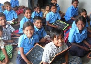 ACEが支援するインドのコットン生産地域(マッデラバンダ村)で勉強する子どもたち