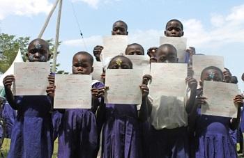 ケニア・クワレ県で出生登録をした子どもたち