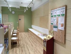 薬樹薬局鷺沼3号mammy(マミー)店の店内。東急田園都市線鷺沼駅北口から徒歩2分の場所に立地する