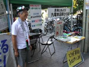 「九電本店前テント村」に立つ青柳行信さん