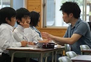 益城町コラボ・スクールでカタリバの職員が中学生に勉強を教える