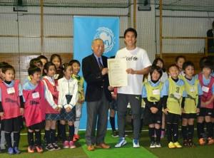長谷部誠選手(右)と日本ユニセフ協会の東郷良尚副会長