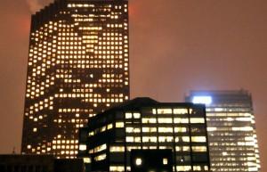 夜も明かりがともるオフィスビル Image credit:Joe Lodge