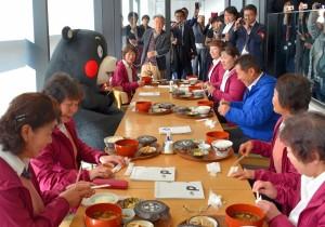「熊本県水増集落 八天狗定食」の販売初日に来店したくまモンと水増集落の女性たち