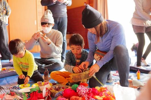 木をつかった人形づくりを楽しむ地域の子どもたち(長野県佐久市大沢 森の分教場)