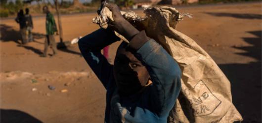 コンゴの市場でコバルトを運ぶ少年( Michael Robinson Chavez/The Washington Post)