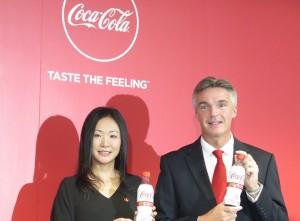 「コカ・コーラ プラス」を手にした小林香予ディレクターとティム・ブレット社長(2月1日、日本コカ・コーラ本社で)
