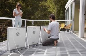 完全統合型ソーラーパネルの「ソルパッド」は10kg程度なので持ち運びが可能だ