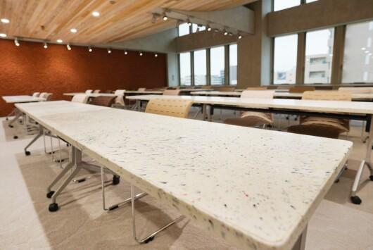 廃プラを混ぜた建材を使った会議用テーブル