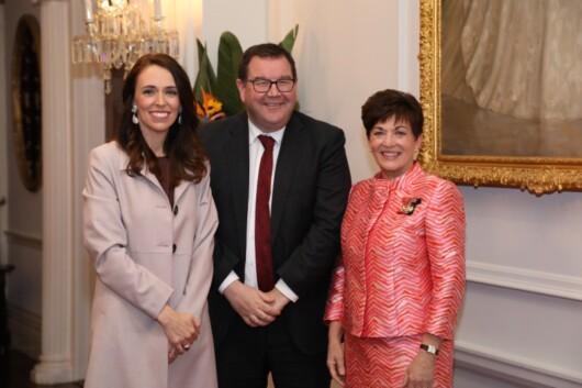 20年11月の新閣僚任命式で。左からアーダーン首相、グラント・ロバートソン副首相、デーム・パッツィー・レディー総督 (C) Governor-General of New Zealand (CC BY 4.0)