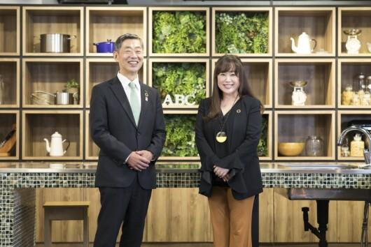 更家悠介・サラヤ社長(左)と志村なるみ・ABC Cooking Studio CEO(撮影・川畑 嘉文)