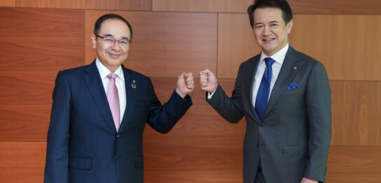 花王の長谷部佳宏社長(左)とコーセー 小林一俊社長(右)