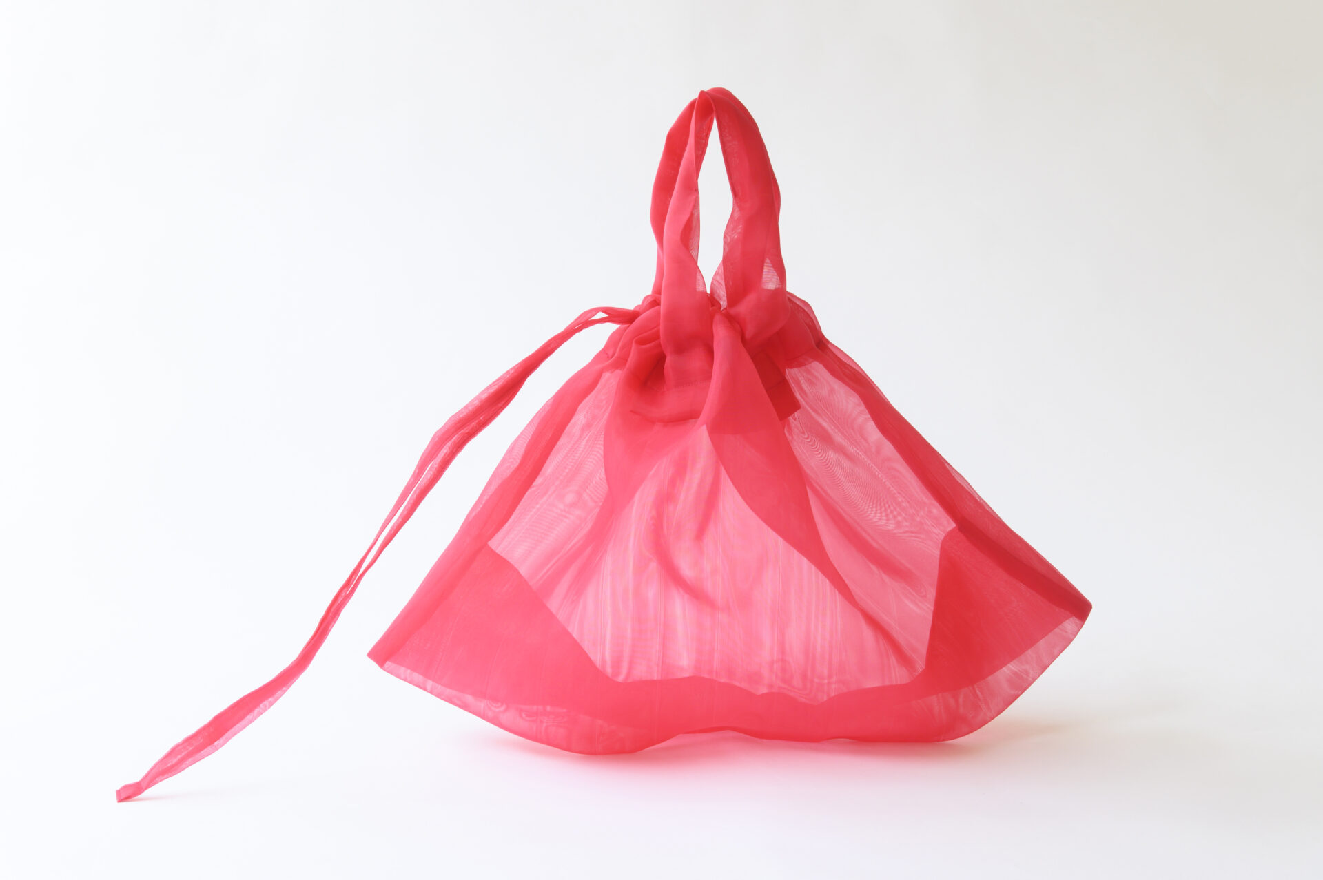 未来感溢れるカラフルな「すけるバッグ」